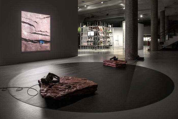 Ausstellungsansicht A New Protocol VR (v 2.0) von Timur Si-Quin. Foto Luca Girardini, CC NC-SA 4.0