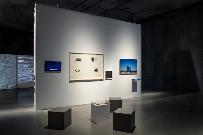 Ausstellungsansicht Networks of Trust von Kyriaki Goni. Foto Luca Girardini, CC NC-SA 4.0